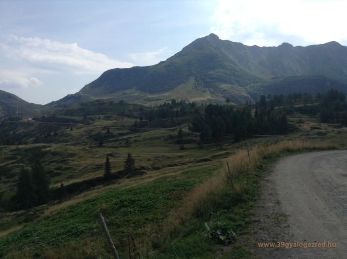 A két magaslat északi oldala. A közelebbi, zöld csúcs a Kleiner, mögötte a Höher Trieb.